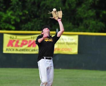 Cooper Beckett snags a pop fly // Washington Missourian Photo